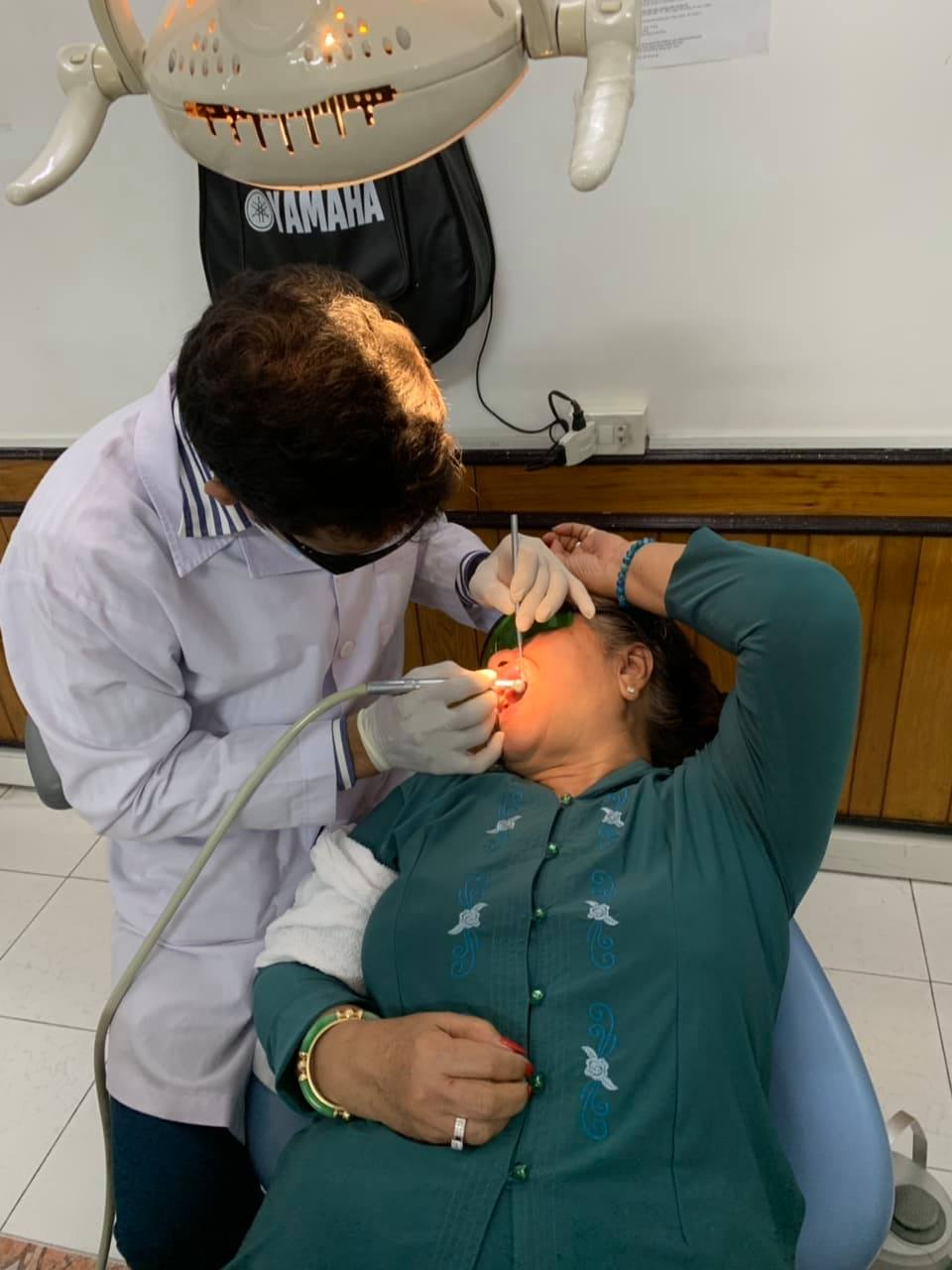 YS. Kiều Âu thực hiện kỹ thuật chăm sóc răng cho bệnh nhân